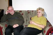 Manželé Antonín a Veronika Brucknerovi věří, že si v novém bydlení zvyknou.