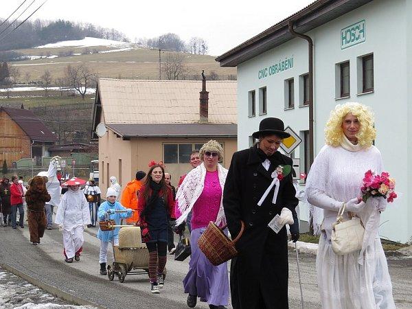 Tradiční masopustní průvod prošel vsobotu 9.února také Lukavcem, místní části Fulneku. Vprůvodu nechyběla nevěsta, ženich, kůň či medvěd.