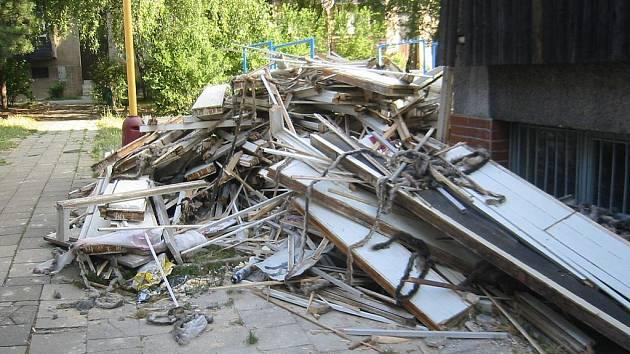 Nepořádek mimo odpadní nádoby či separační dvůr v Novém Jičíně vede radní k úvahám o zvýšení poplatku za odpady.