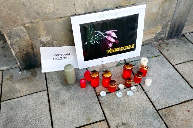 Na Masarykově náměstí vNovém Jičíně se ve středu 11.prosince objevilo uradnice pietní místo připomínající úterní tragickou událost vostravské fakultní nemocnici.
