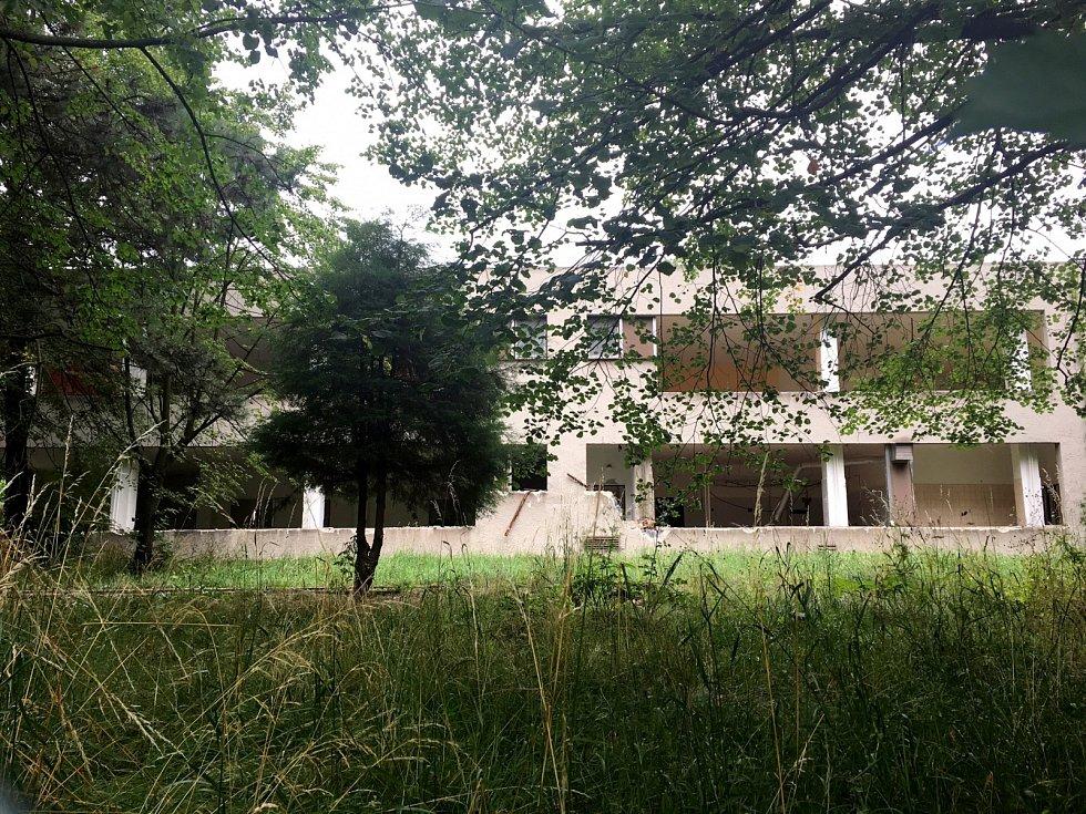 Na pozemku dnes stojí skelet bývalé mateřské školy.