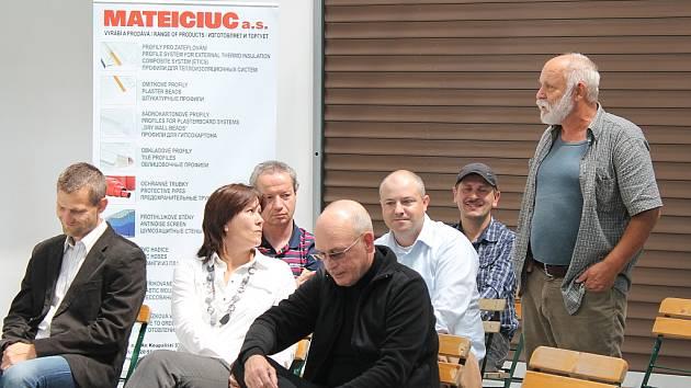 Zdeněk Mateiciuc (stojící) je nejen milovník umění, ale také zakladatel oderské firmy Mateiciuc.  Na snímku mezi současnými zaměstnanci firmy.