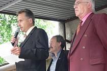 Zdeněk Fusik, současný starosta Bílova (vlevo) si samostatné rozhodování a hospodaření své obce nemůže vynachválit.