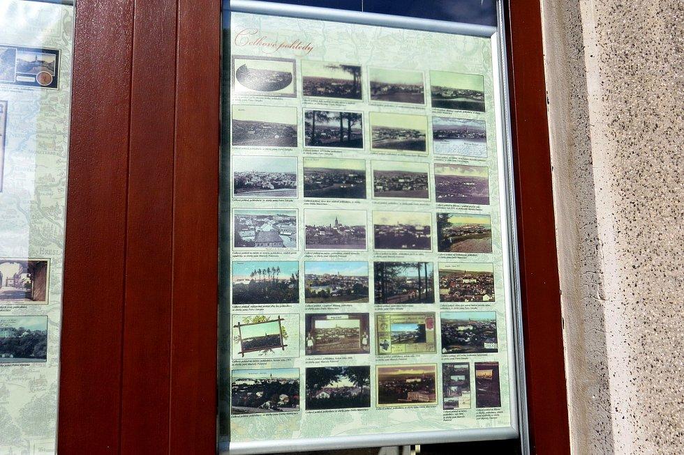 Ve výlohách některých domů na Slezském náměstí v Bílovci je možné vidět až do konce roku 2021 panelovou výstavu historických fotografií znázorňujících Bílovec.