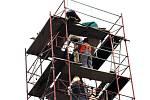 Poselství budoucím generacím vložili v pondělí 3. září do makovice opravované věže kostela svatého Mikuláše v Hladkých Životicích tamní zástupci obce, fary a stavební firmy.