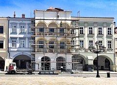 Oprava Staré pošty na Masarykově náměstí v Novém Jičíně začala před pár dny.