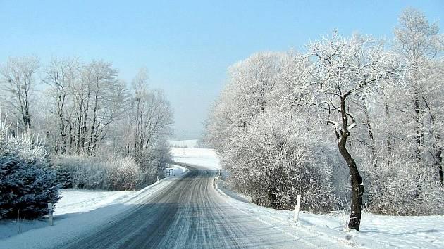 Při opatrné jízdě se cestování ve vyhřátých automobilech může stát i v arktickém počasí pěknou podívanou v duchu pohádky Mrazík. Na snímku silnice mezi Frenštátem pod Radhoštěm a Bordovicemi.