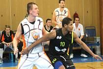 NOVOJIČÍNSKÝ pivot Tadeáš Janík (v bílém) nastřílel v Opavě 31 bodů.