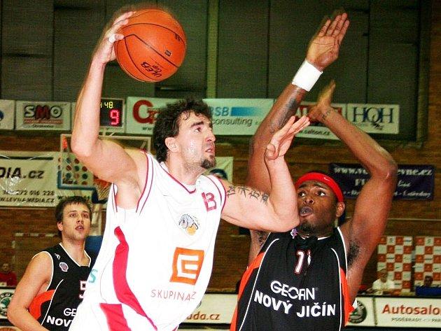 Radoslav Rančík z Nymburka (vlevo) a novojičínský Jeffrey James McMillian v utkání Mattoni NBL.
