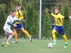 Fotbalisté Bílovce (ve žlutém) vybojovali důležité vítězství.
