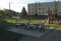 Nové hřiště v Mankovicích má nejen řadu herních prvků, ale také příjemné posezení.