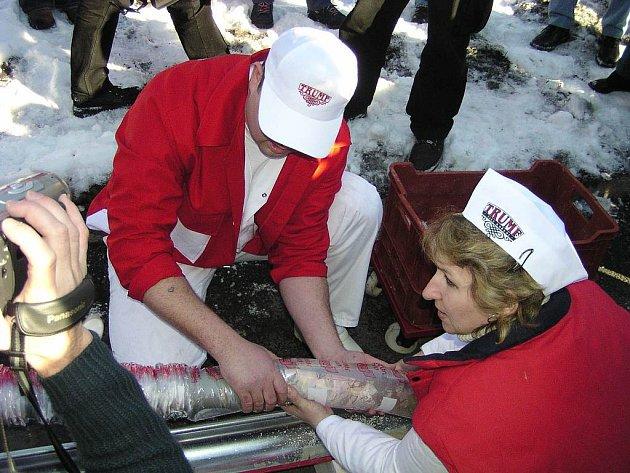 V únoru roku 2004 vytvořili mořkovští řezníci rekordní tlačenku. Zítra se pokusí o další masný unikát: grilovací klobásu.