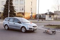 Seniorku řidič srazil na kruhovém objezdu.