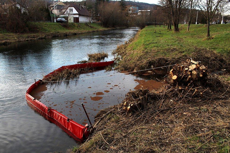 Neznámá látka unikla v sobotu z areálu na Skřivánčí ulici v Odrách do řeky Odry.
