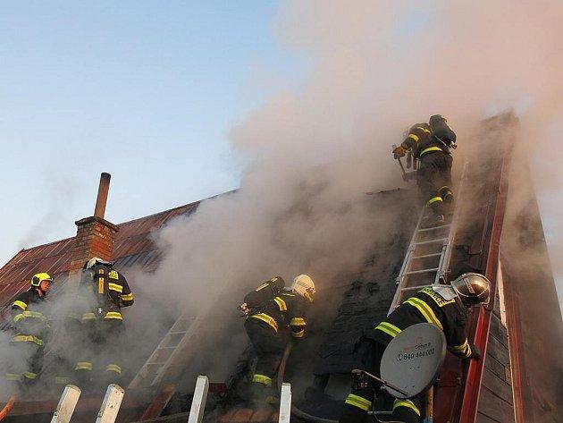 Požár napáchal na domě v Příboře škodu na 400 tisíc korun.