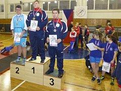Tichavský zápasník Václav Petr (vlevo na 2. místě) sice v premiéře mezi juniory prohrál na úvod s Čížkem z pražského Olympu, ale nakonec si došel pro cenné stříbro.