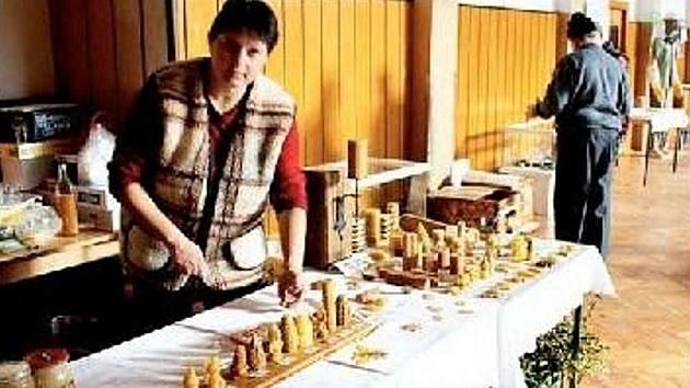 SVÍČKY ZE VČELÍHO VOSKU a jiné výrobky byly k dostání na výstavě připomínající výročí včelařů.