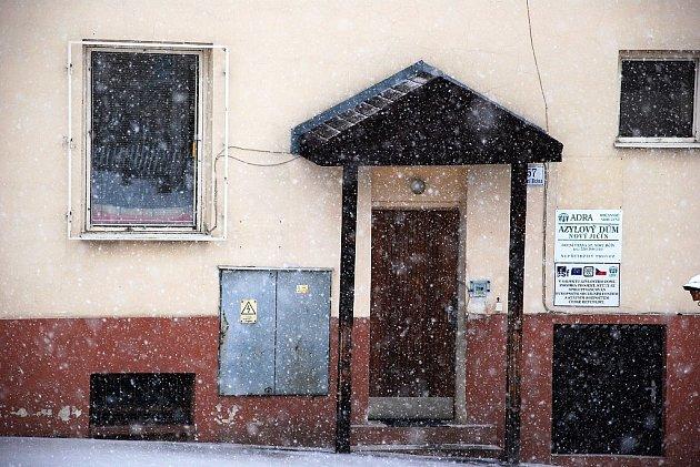 """Lidé bez domova zažívají v těchto mrazivých lednových dnech krušné chvíle. Azylový dům v Novém Jičíně jim je výjimečně otevřen i v denních hodinách, k dispozici mají takzvaný """"pohotovostní pokoj""""."""