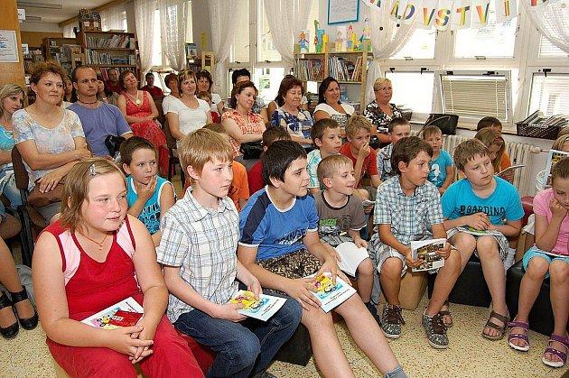 Žáci při slavnostním křtu pohádkové knížky, kterou předčítala Zuzana Pospíšilová.