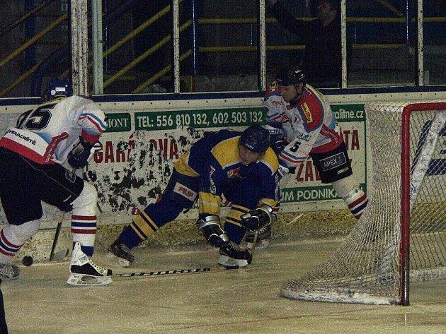 V prvním utkání kvalifikace o II. hokejovou ligu přivítala Kopřivnice mužstvo z Uherského Hradiště. V utkání, které skončilo 6:1 pro Kopřivnici, byli domácí hokejisté celý zápas lepším týmem.
