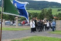 Smuteční průvod, který vstoupil do brány hostašovického hřbitova byl jen součástí oficiálního otevření hřbitova v Hosatšovicích.