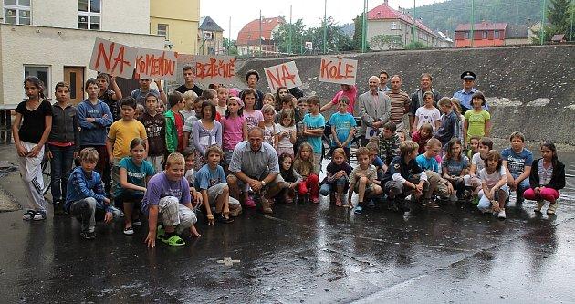 Žáci základní školy Komenského v Odrách spolu s učiteli a zástupci města.