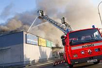 Zásah hasičů u požáru obchodního centra v Kopřivnici.