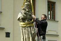 Instalace sochy svatého Antonína Paduánského.