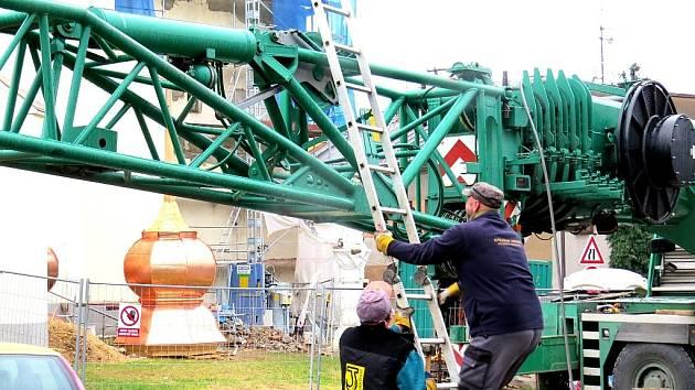 Těžký jeřáb přijel v úterý 6. listopadu na Slezské náměstí v Bílovci, aby tam vyzvedl na věž kostela svatého Mikuláše věžičku s hrotnicí.