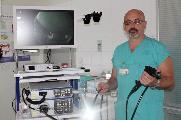 Gastroenterolog MUDr. Martin Merenda ukazuje novou endoskopickou věž.