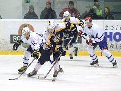 Druholigové hokejisty Nového Jičína (v bílém) a Kopřivnice čeká odveta v úterý 22. srpna.