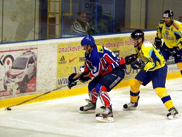 Šlágrem sobotního programu II. hokejové ligy bylo bezesporu utkání mezi Novým Jičínem a Přerovem. Zápas ve svižném tempu nakonec ovládli Zubři (3:5), kteří uštědřili Gedosu první porážku na domácím stadionu.