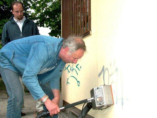 Na čištění fasád od sprejerů používají v Novém Jičíně speciální vysavač.