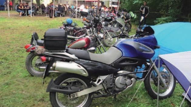 MOTORKÁŘSKÝ SRAZ, jehož 9. ročník v sobotu pořádali členové spolku Motobaňok Bílov, si oblíbili motorkáří z širokého okolí Bílova.