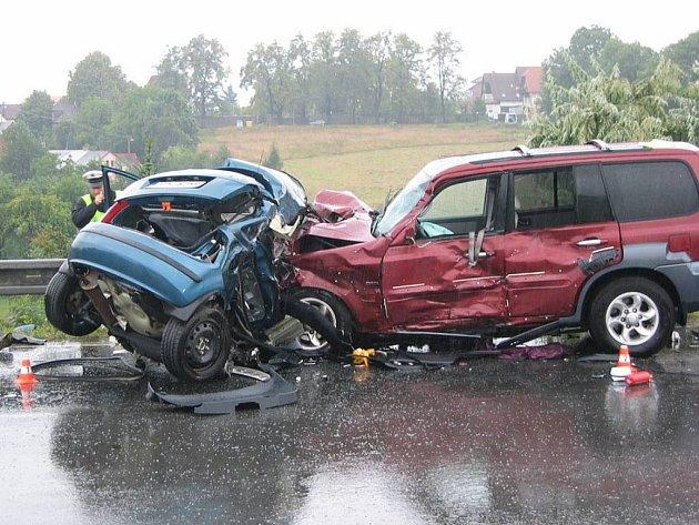 Toto zbylo ze Škody Fabia, ve které jel pětadvacetiletý řidič. Důvody jeho přejetí do protisměru policisté doposud neznají. Právě tato nehoda odstartovala černou šňůru tragédií.