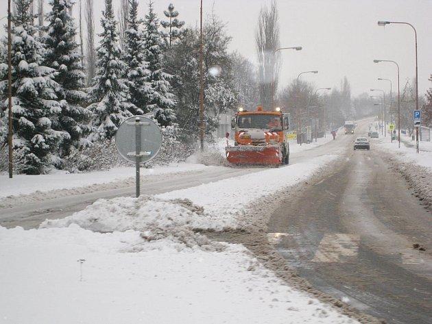 První pořádné sněžení nadělalo komplikace převážně řidičům.