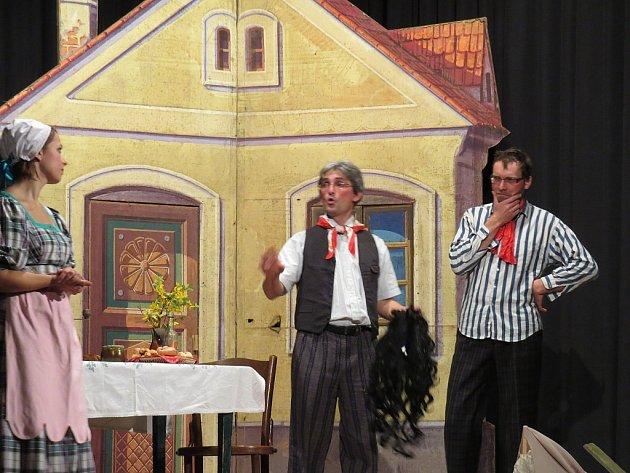 Divadelní soubor Dolňáci zahrál svou veselou báchorku Zrcadlo před domácím publikem naposledy. Páteční derniéra hry sklidila u diváků velký úspěch.