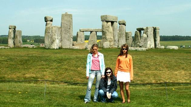 Stonehenge. I toto tajemné místo s kruhem z velkých kamenů navštívily studentky z Oder.