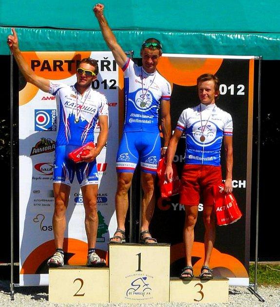 Stupně vítězů v kategorii B (muži 30 až 39 let) při minulém závodě Slezského poháru amatérských cyklistů, ve Velké ceně Lašska.