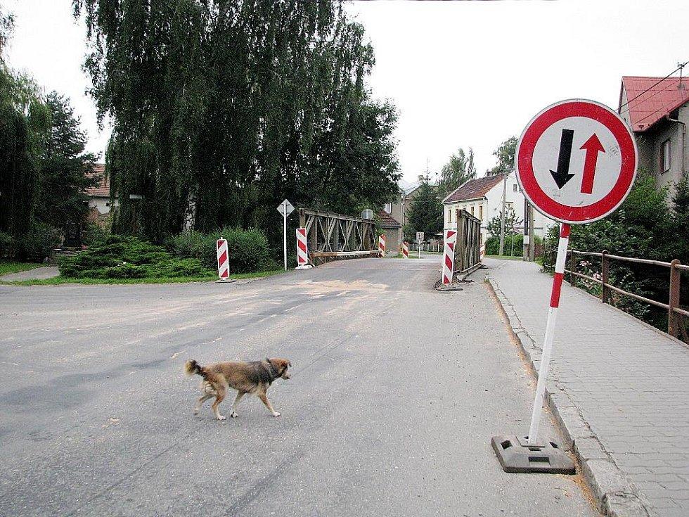 Narušený most v Suchdole nad Odrou komplikuje již tak ne příliš dobrou dopravní situaci.