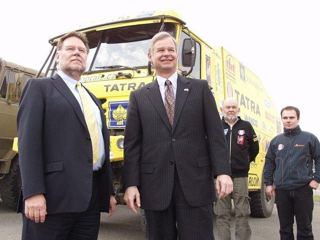 Americký velvyslanec Richard Graber (vpravo) si prohlédl v doprovodu předsedy představenstva Tatry Ronalda Adamse (vlevo) také závodní automobily značky Tatra.