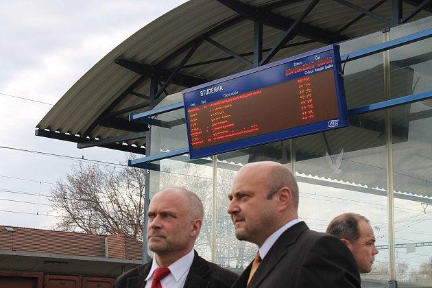 Dříve blátivý prostor, kterému se většina cestujících raději vyhnula, dnes moderní nástupiště se zastávkou autobusů, blízkou kolárnou a cyklostezkou. To je zřejmě nejpatrnější změna studéneckého vlakového nádraží.