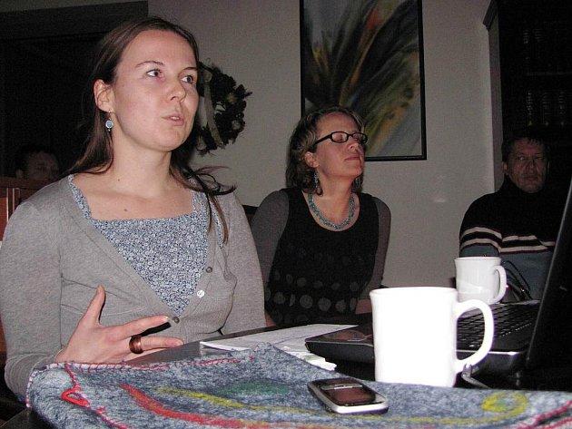 Kateřina Urbanová (vlevo) a Andrea Krůpová popsaly návštěvníkům knihovny svou cestu do Santiaga de Compostela.