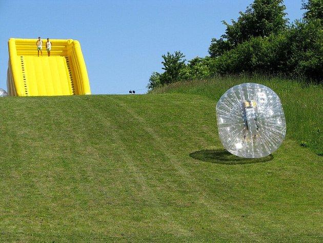 Zorb-ball si na nově otevřené zorbingové dráze u příborského koupaliště vyzkoušeli v neděli 24. května první odvážlivci.