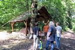 Zástupci dodavatele a obce Sedlnice dolaďují detaily stavby, která má připomínat slavného básníka.