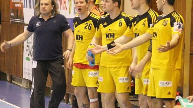 KOPŘIVNICKÝ CELEK trenéra Iva Vávry (vlevo), je v plné přípravě na sérii play-out proti Litovli, která startuje na kopřivnické palubovce příští víkend.