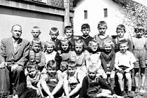 Žáci 1. třídy ročník 1953/1954 ze základní školy v Životicích u Nového Jičína. Rok narození žáků je 1947. Třídním učitel byl Metoděj Novák, kterému se říkalo pan řídící.