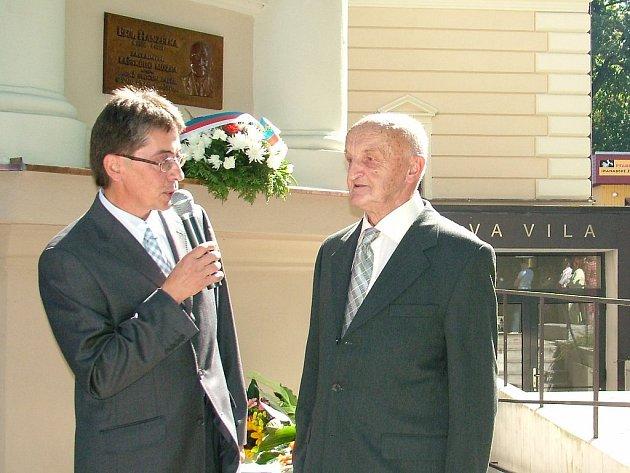Ředitel regionálního muzea v Kopřivnici Lumír Kaválek (vlevo) zpovídá pětaosmdesátiletého Lubomíra Hanzelku, syna zakladatele kopřivnického muzea.