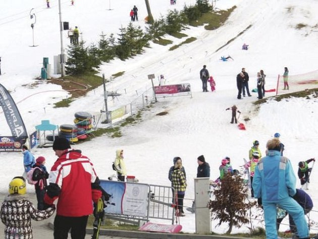 Místy tráva a někde už prosvítá hlína. Situace v lyžařských areálech není ideální, přesto se je mnozí provozovatelé snaží udržet v provozu co nejdéle.