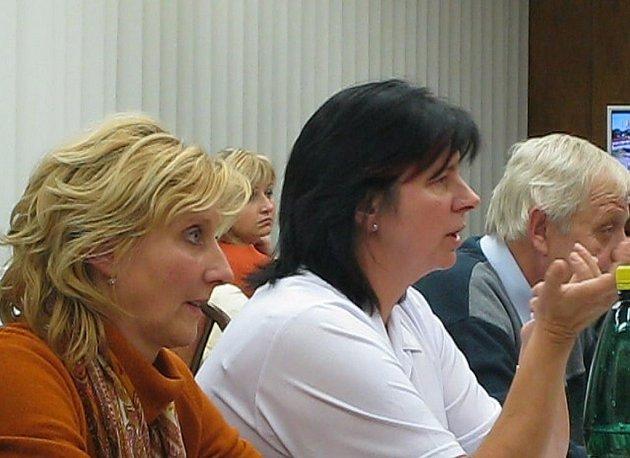 Odvolaná ředitelka Milena Kováčiková (vlevo) je dnes členkou zastupitelstva.